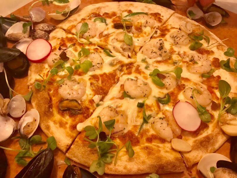チェジュ島のピザPizzaJKのシーフードピザの下