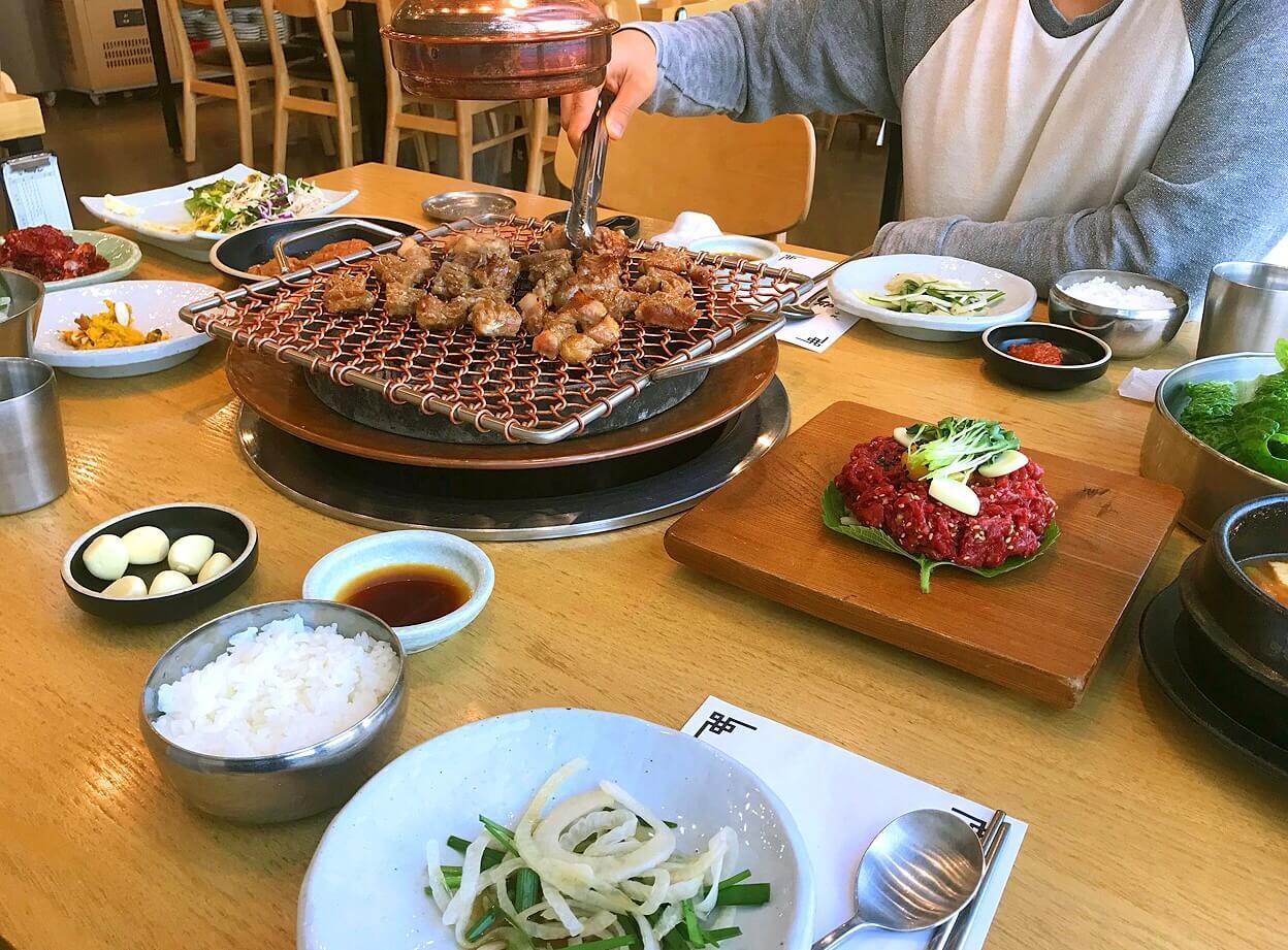 チェジュ島の黒豚サムギョプサルの食事の様子