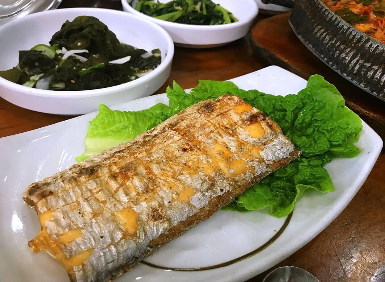 チェジュ島のユリネ食堂の焼いた太刀魚