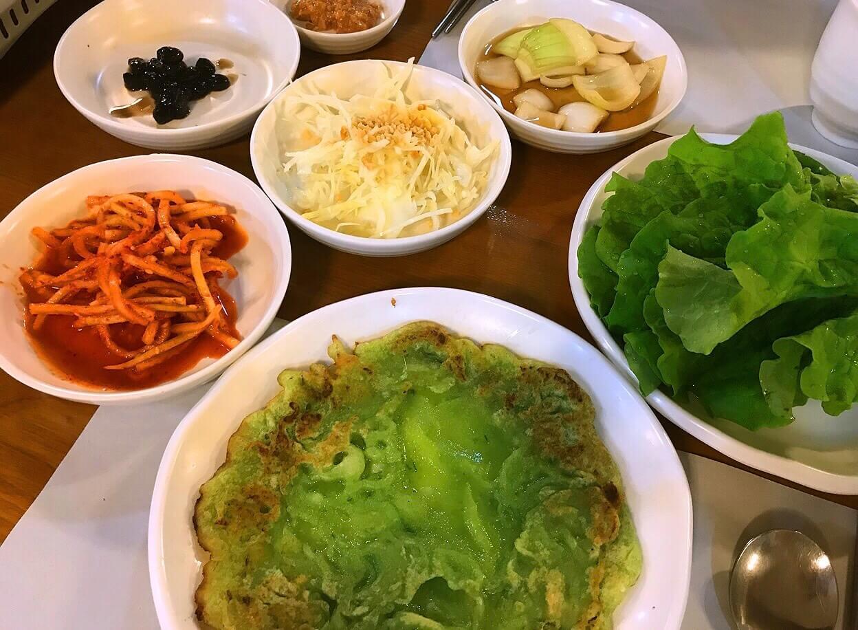 韓国・チェジュ島のサムゲタンのお店のおかず(パンチャン)