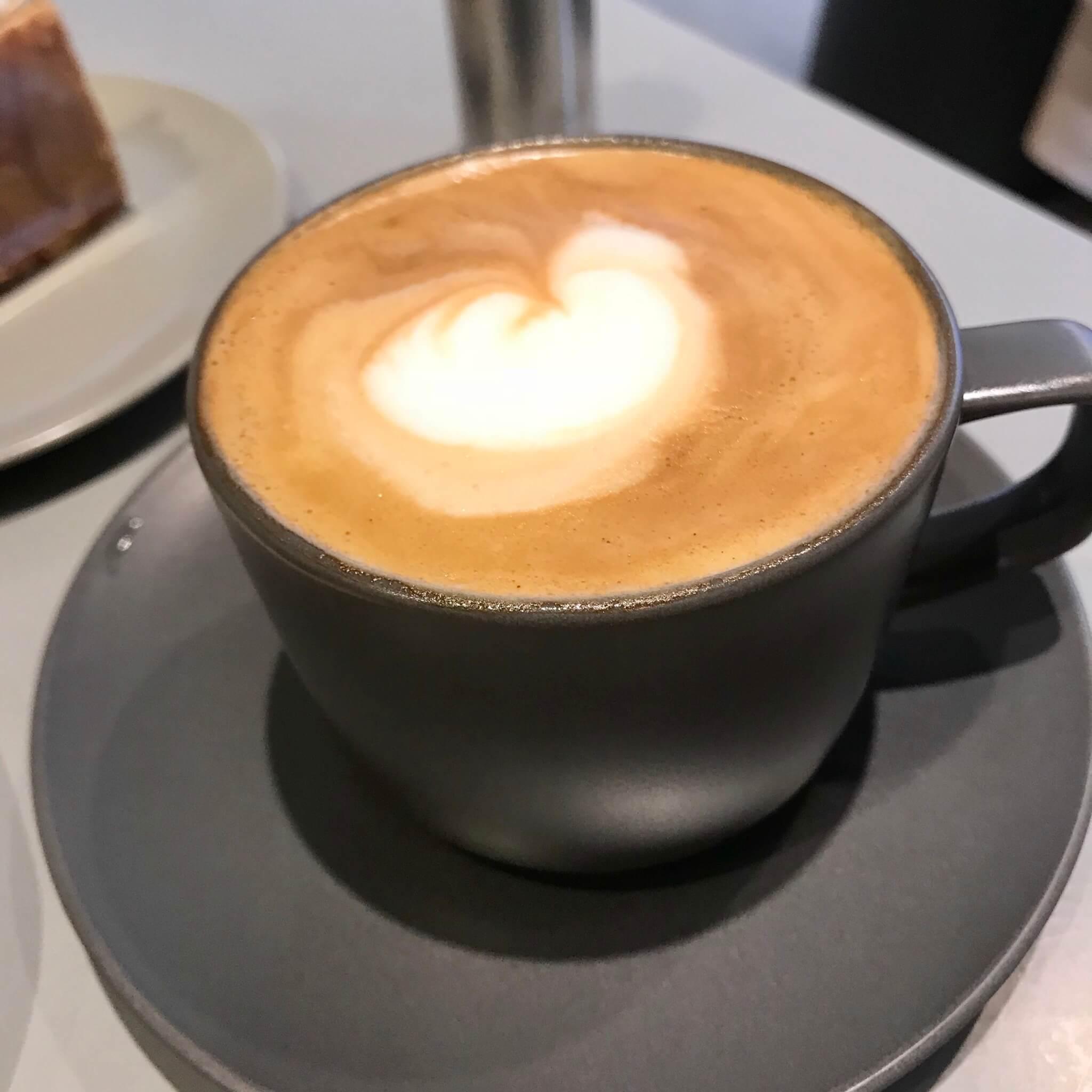 チェジュ島人気のカフェモアンのカフェラテ