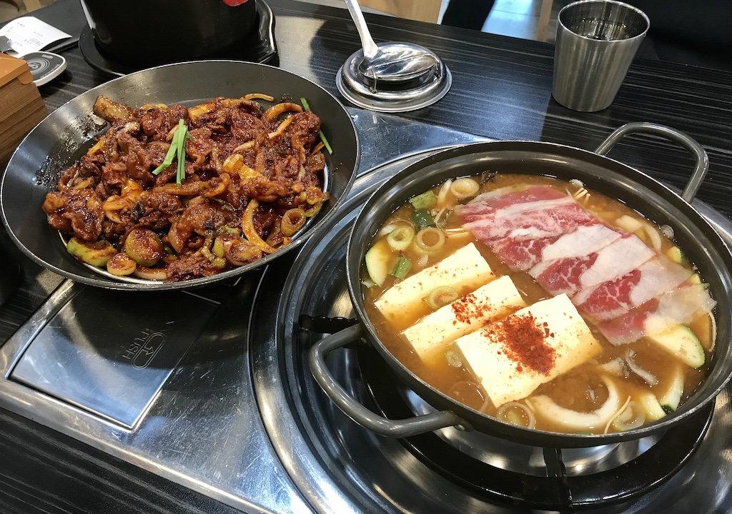 チェジュ島の地元メシで人気の豚肉炒めとキムチチゲ